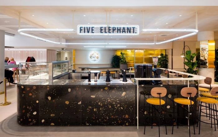 Bar aus dunklem Terrazzo-Beton von Five Elephant im KaDeWe