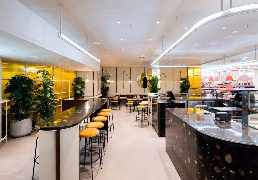 Coffee-Shop mit viel Terrazzo-Beton von Five Elephant im KaDeWe